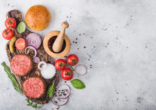 新鮮な生のミンチペッパービーフバーガーと野菜