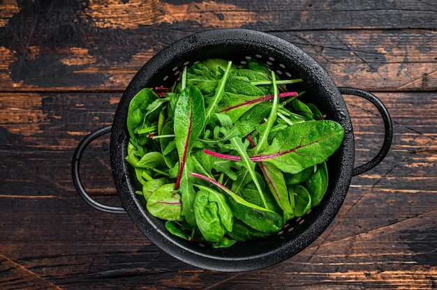 Свежая сырая смесь зелени, шпината, мангольда и рукколы