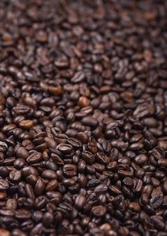 新鮮な生の有機コーヒー豆の上面図の背景。大きい