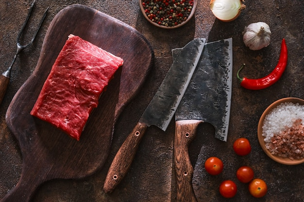 정육점을위한 고기 식칼로 신선한 생고기 조각. 평면도.
