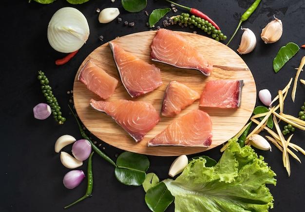 신선한 원시 조각 생선과 장식은 평면도에 음식 재료를 준비했습니다.
