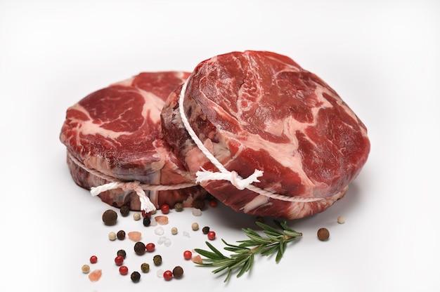 흰색 테이블에 부엌에서 요리 재료와 쇠고기 고기의 신선한 원시 조각