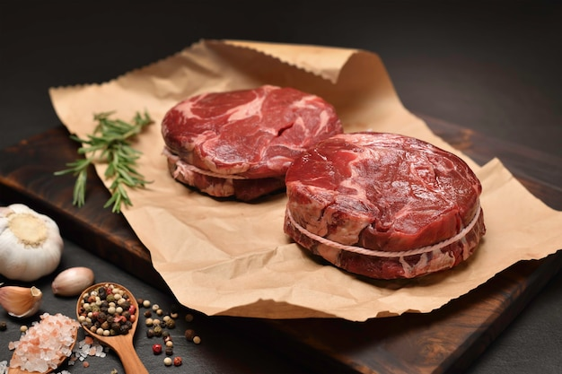 부엌에서 포장지에 요리 재료로 쇠고기 고기의 신선한 원시 조각