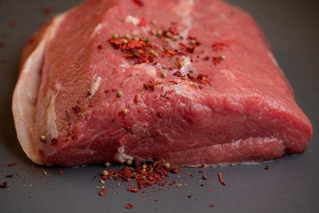 신선한 생 돼지 고기와 소고기. 신선한 붉은 고기 조각. 커팅 보드에 누워 신선한 고기의 큰 조각. 신선한 쇠고기 한 조각.