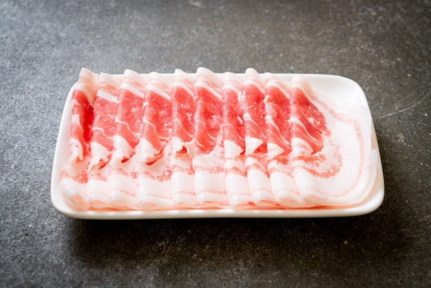 Свежий сырой свиной живот нарезанный