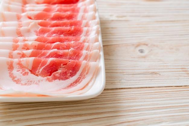 新鮮な生豚バラ肉をスライス