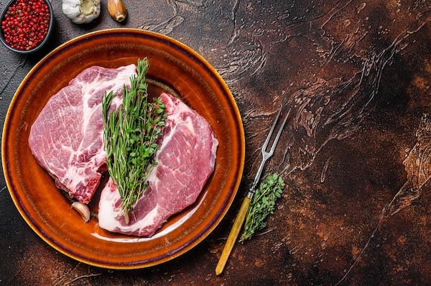 Свежие сырые стейки из свиной корейки из шейного мяса