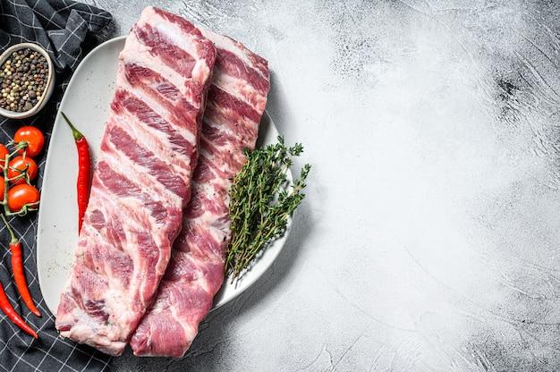 향신료와 허브와 신선한 생 돼지 갈비
