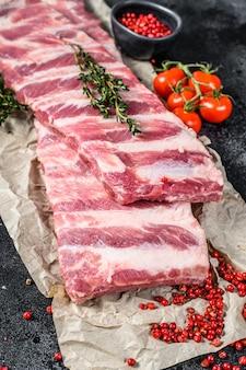 향신료와 허브를 곁들인 신선한 생 돼지 갈비