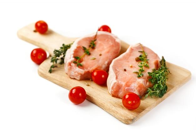 커팅 보드에 신선한 생 돼지 고기 스테이크