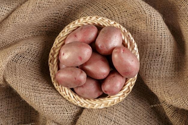 Свежий сырой картофель