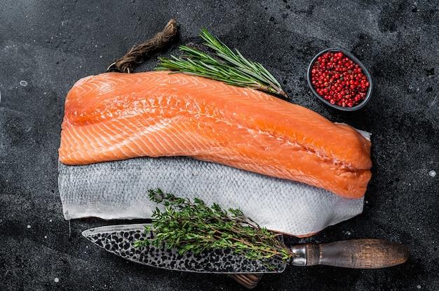 Свежее сырое филе лосося на разделочной доске с ножом Premium Фотографии