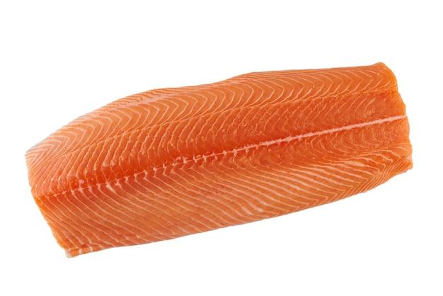 Свежее сырое филе лосося, изолированные на белой поверхности