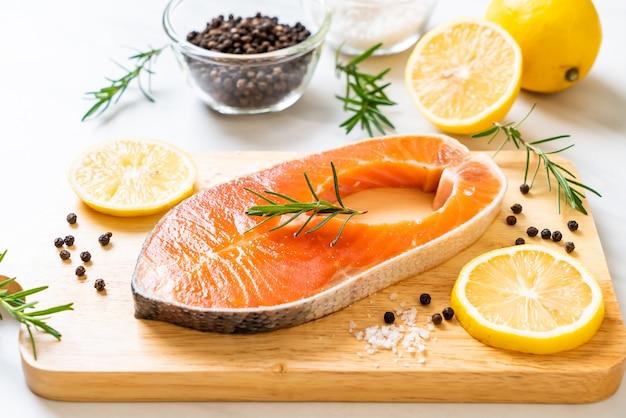 新鮮な生鮭切り身ステーキ