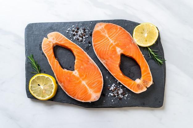 Стейк из свежего сырого филе лосося