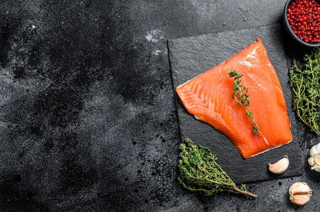 Свежее сырое филе лосося с тимьяном