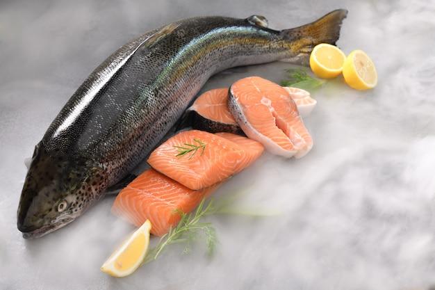 テーブルの上の新鮮な生鮭