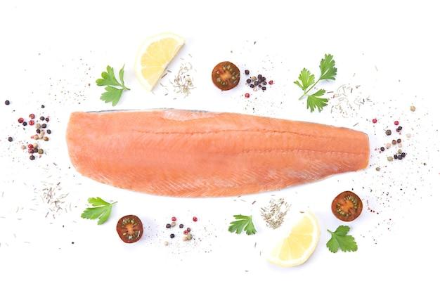 Свежая сырая рыба лосося со специями и ароматными травами на белом фоне. вид сверху.