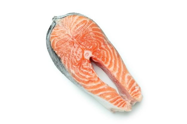 Свежий сырой лосось, изолированные на белой поверхности