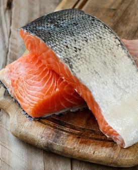 木製のまな板に新鮮な生鮭