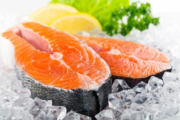 Свежий сырой лосось на заднем плане