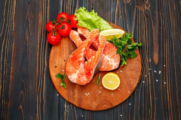 Стейк из свежей сырой семги и красной рыбы