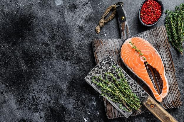 Стейк из свежего сырого лосося с солью