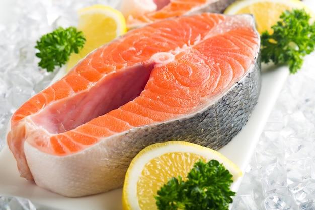 Свежий сырой лосось с солью и лимоном