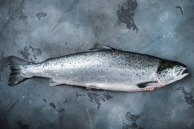 新鮮な生鮭とスパイス