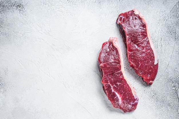 新鮮な生サーロインビーフミートステーキ。上面図。