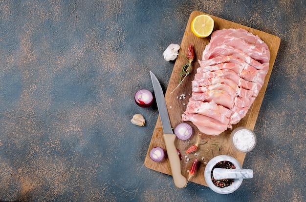 향신료와 신선한 생 슬라이스 돼지 고기