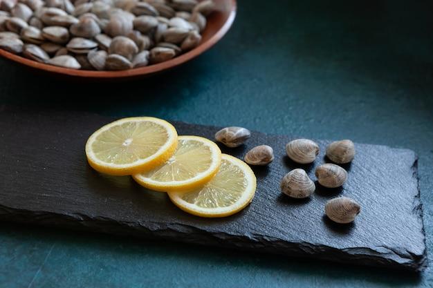 Свежая сырая хамелея галлина из серфинга с лимоном на каменной разделочной доске