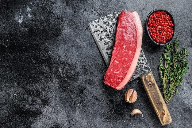 肉屋の包丁で新鮮な生のトップサーロインビーフミートステーキ