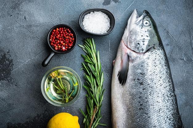 Свежая сырая форель красная рыба на сером фоне, плоская планировка.