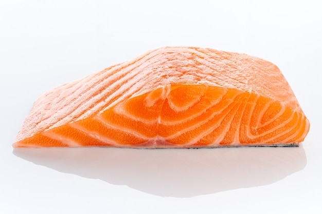 Стейк из свежего сырого сырого филе лосося, изолированные на белом фоне