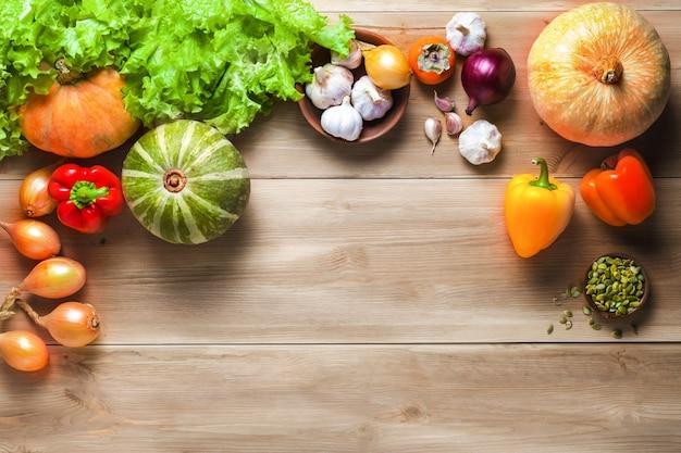 건강한 요리, 평면도를위한 신선한 생 야채 식품. 다이어트, 건강 또는 채식 음식 개념을 먹고.