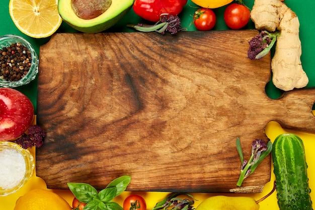 新鮮な生野菜、果物、健康的な料理のための食材。