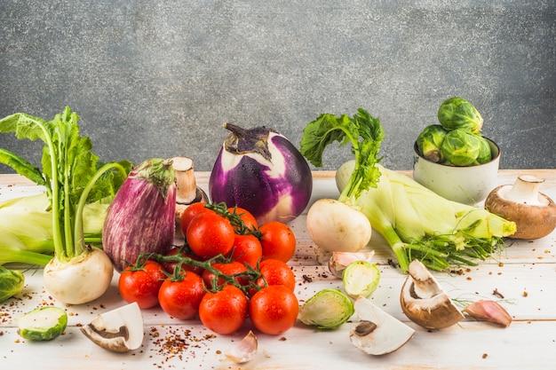木製テーブルに生の生の野菜