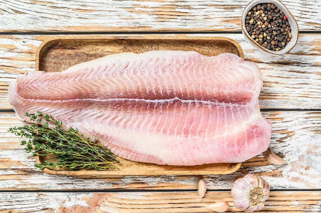 新鮮な生の白身魚の切り身ナマズとスパイス。上面図。