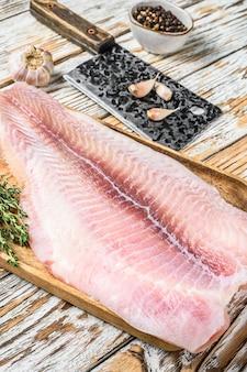 新鮮な生の白身魚のフィレナマズとスパイス