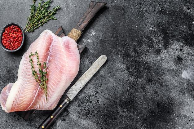 新鮮な白身魚の切り身パンガシウスとスパイス