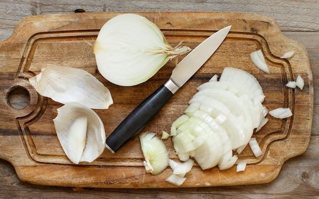 調理板でスライスした新鮮な生の白ねぎ