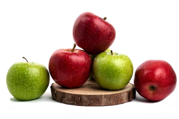 白で隔離の新鮮な赤と緑のリンゴ。