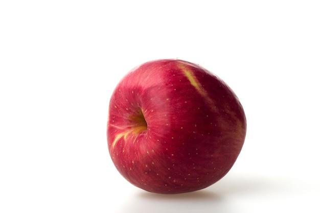 白い背景で隔離の新鮮な赤いリンゴの果実