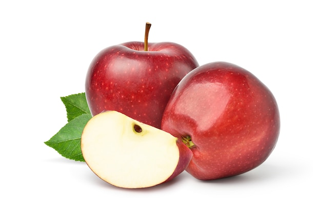 Свежие красные яблоки с нарезанными зелеными листьями на белом фоне