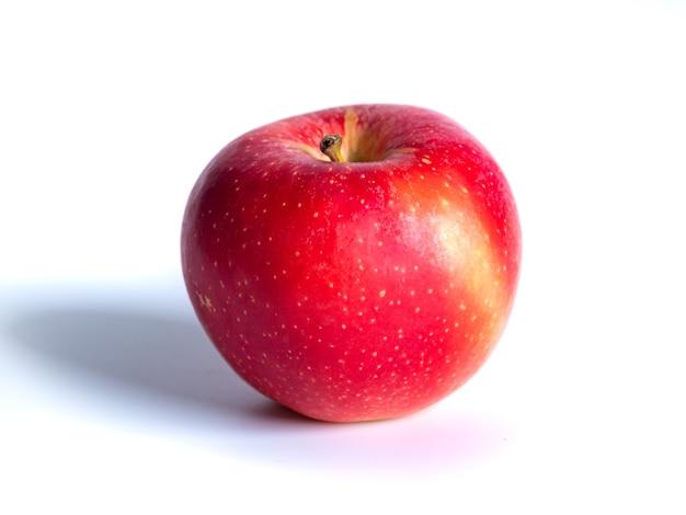 Свежее красное яблоко, изолированное на белом, здоровое питание