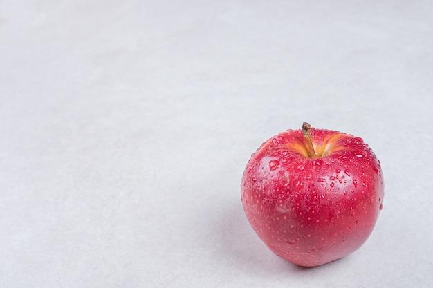 흰색 바탕에 신선한 빨간 사과입니다.