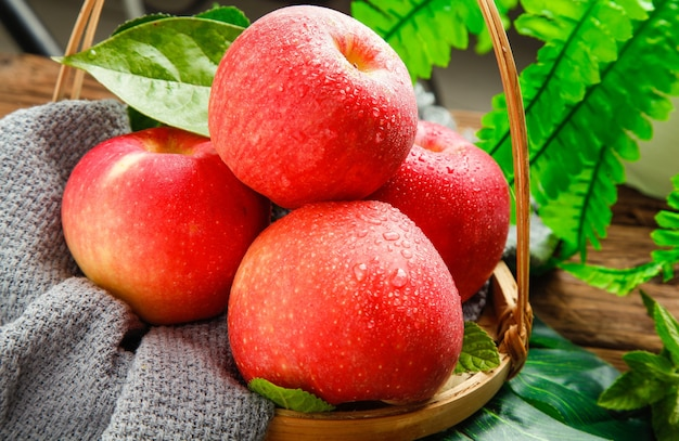 Свежие красные яблоки крупным планом в декоре