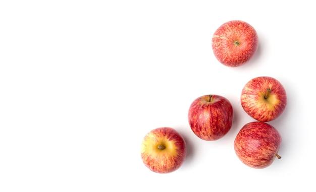 Свежие красные яблоки, изолированные на белом фоне