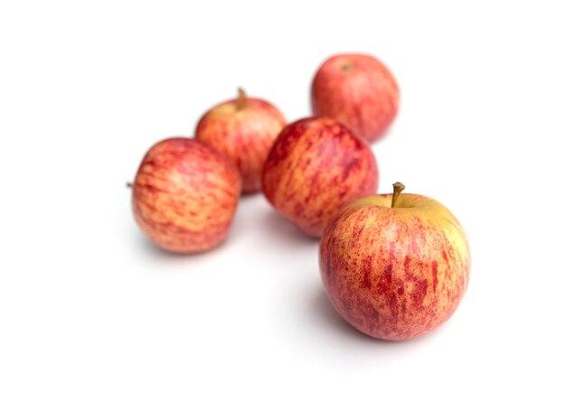 白い背景で隔離の新鮮な赤いリンゴ